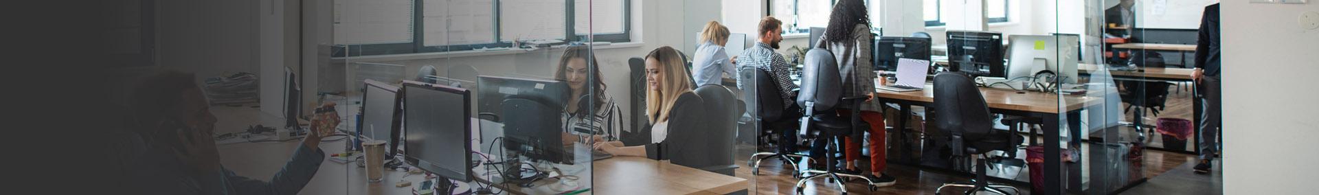 Pracownicy siedzący w biurze